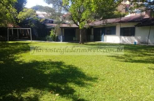 Casa com terreno grande e ótima localização a venda em Torres